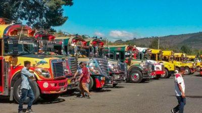 Farbige Busse in Antigua, Guatemala